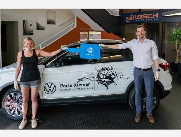 Volkswagen Luxembourg remet un nouveau véhicule à la nageuse en eau libre Paule Kremer.
